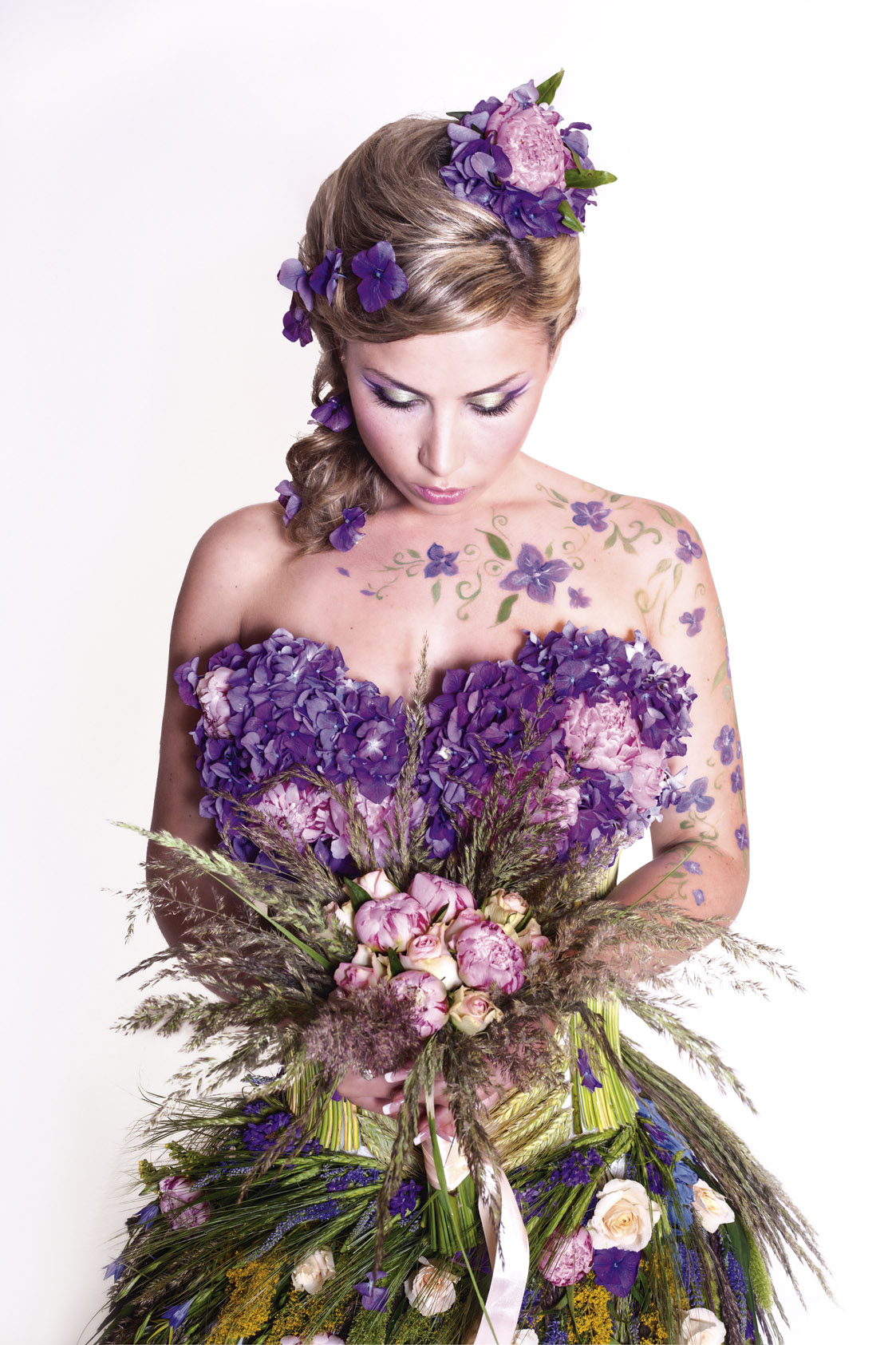 Фото девушки в платье из цветов